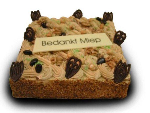 Heerlijke taart van cake en gevuld met mokka creme en gele room.Opgespoten met mokka creme den gedecoreerd met chocolade, mokkaboontjes en noten. Vanaf 9 pers. € 15,95.
