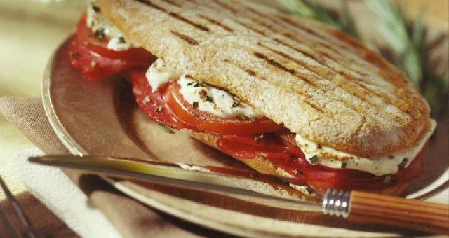 Lunchtip panini met salami en geitenkaas